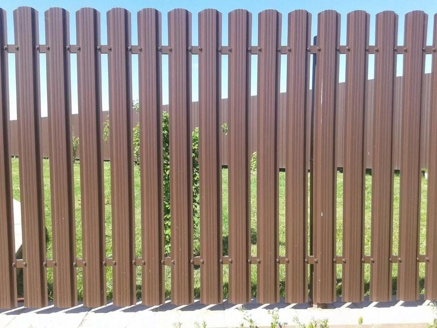 Коричневый забор из оцинкованного штакетника