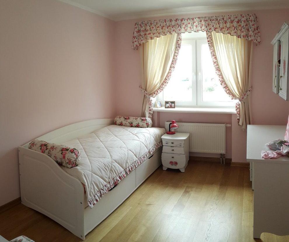 Короткие шторы с ламбрекеном в девичьей комнате