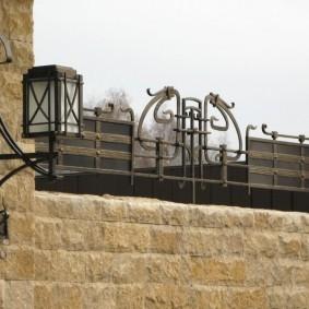 Садовый фонарь на каменном заборе