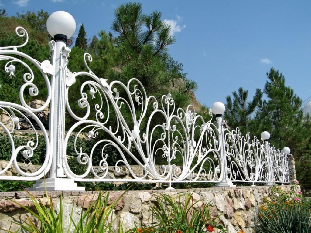 Кованный забор на фундаменте из бутового камня