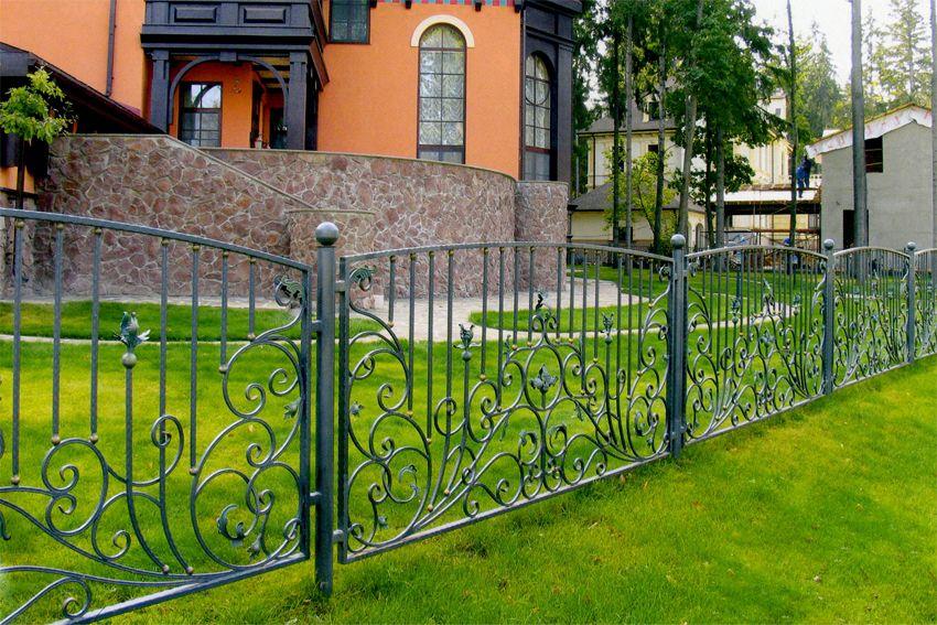 Кованный забор на границе дачного участка