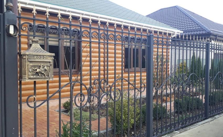 Кованый забор в палисаднике частного дома