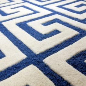 Разные по длине петельки на ковре кат-луп