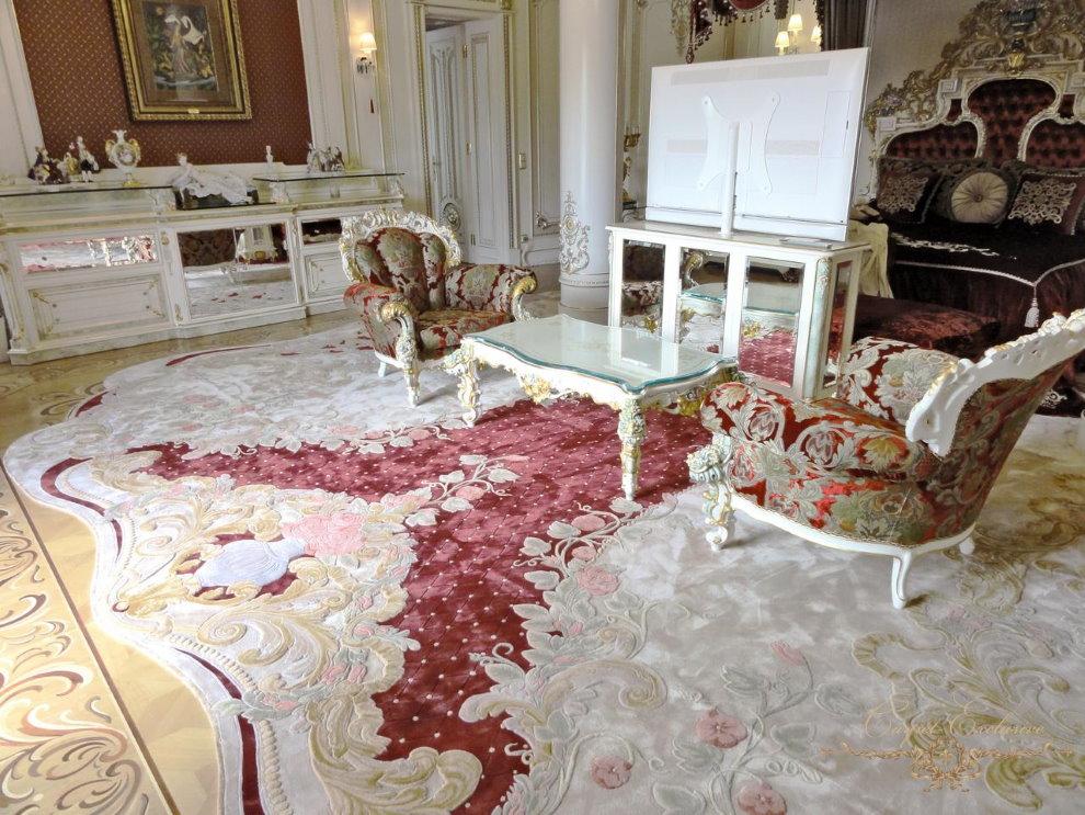 Красивый ковер на полу гостиной в стиле классики