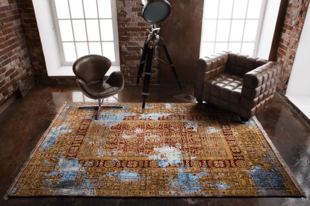 Кожаное кресло рядом с ковром в лофт стиле