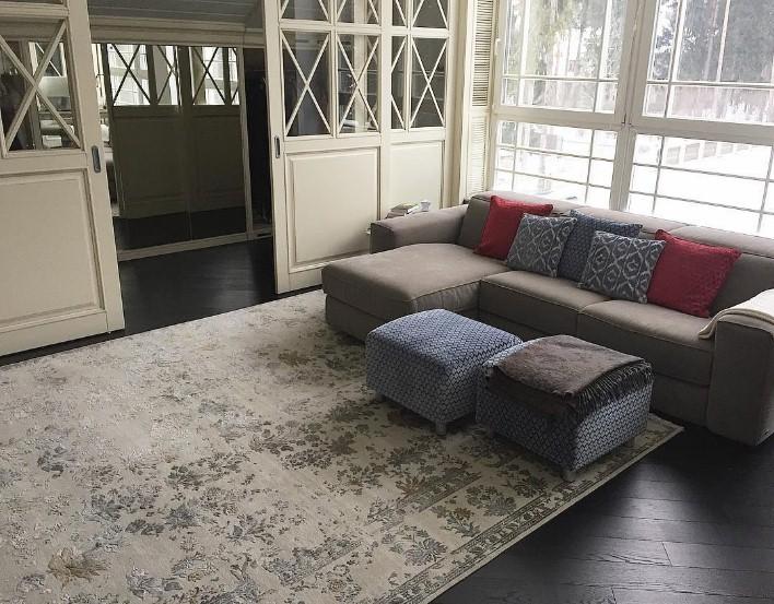 Интерьер зала с винтажным ковром