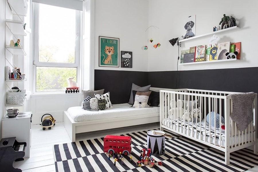 Черно-белые полоски на детском коврике