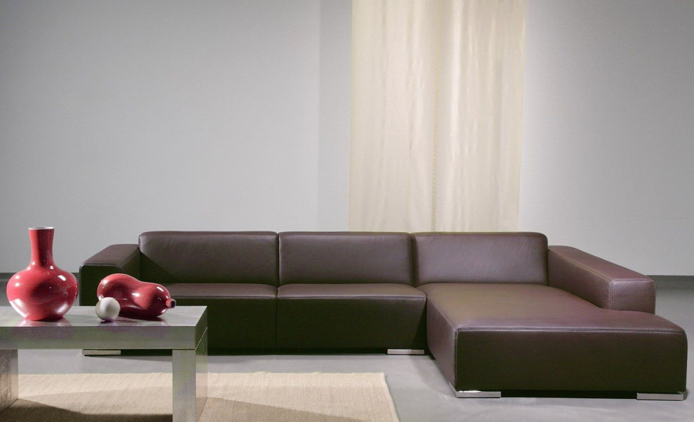 Угловой диван темно-коричневого цвета