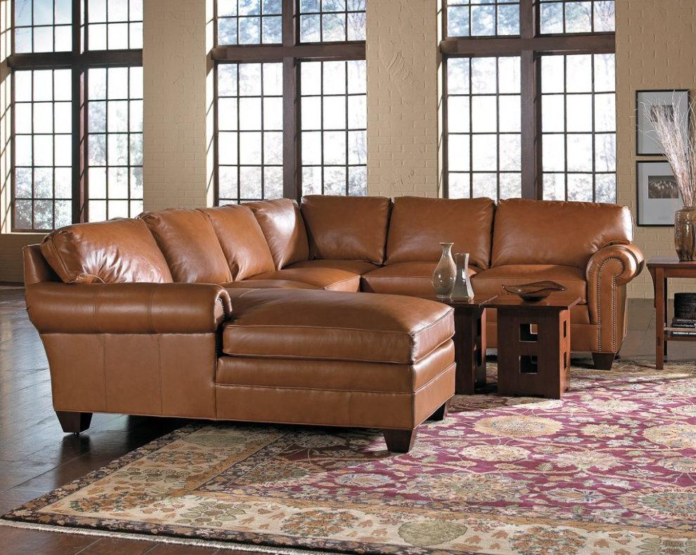 Коричневый кожаный диван п-образной формы