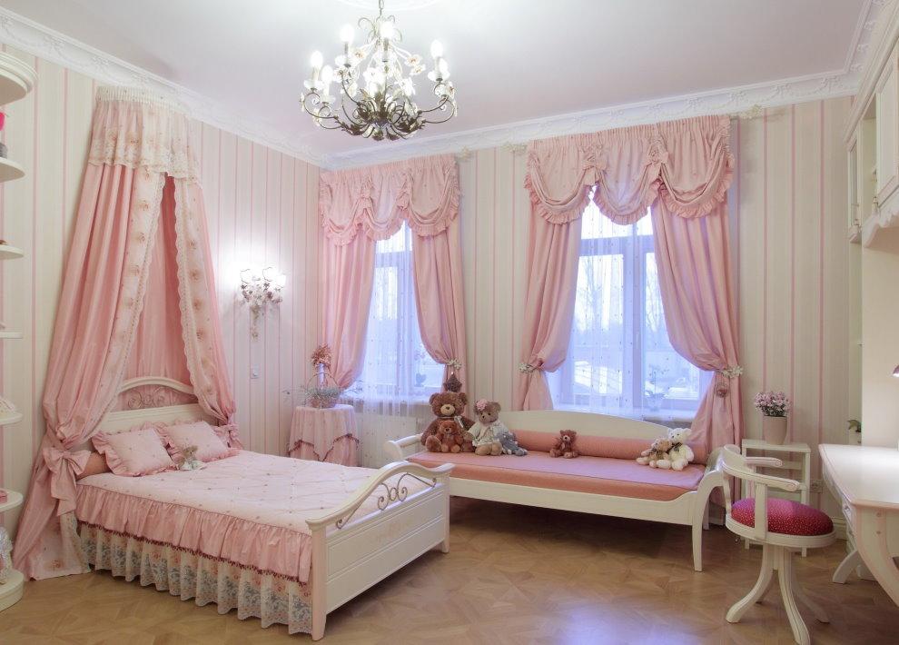 Розовые занавески из практичной ткани в просторной детской