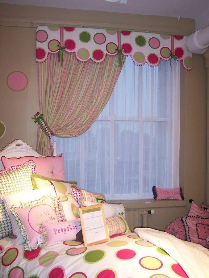 Окно в детской для девочки с ламбрекеном жесткой конструкции