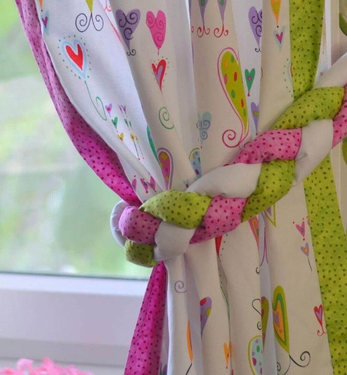 Подхват в виде косички на шторе в детской