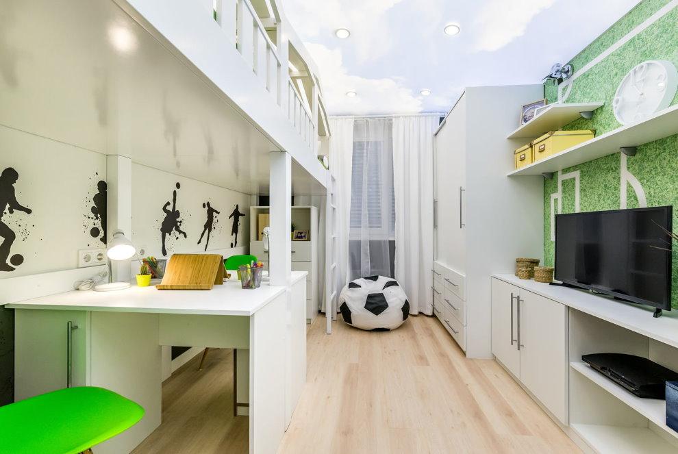 Светлый потолок в узкой детской комнате