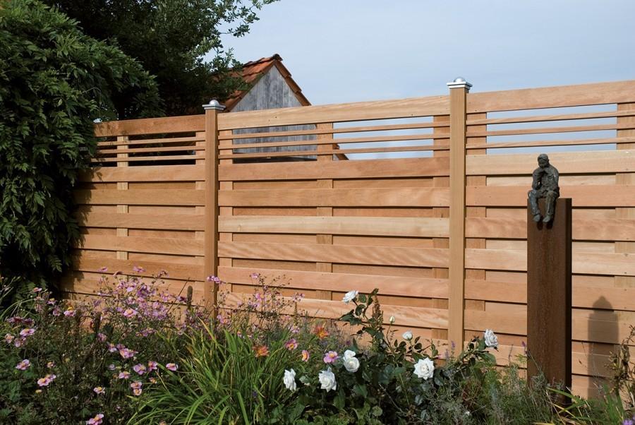 Стильный забор из деревянных досок