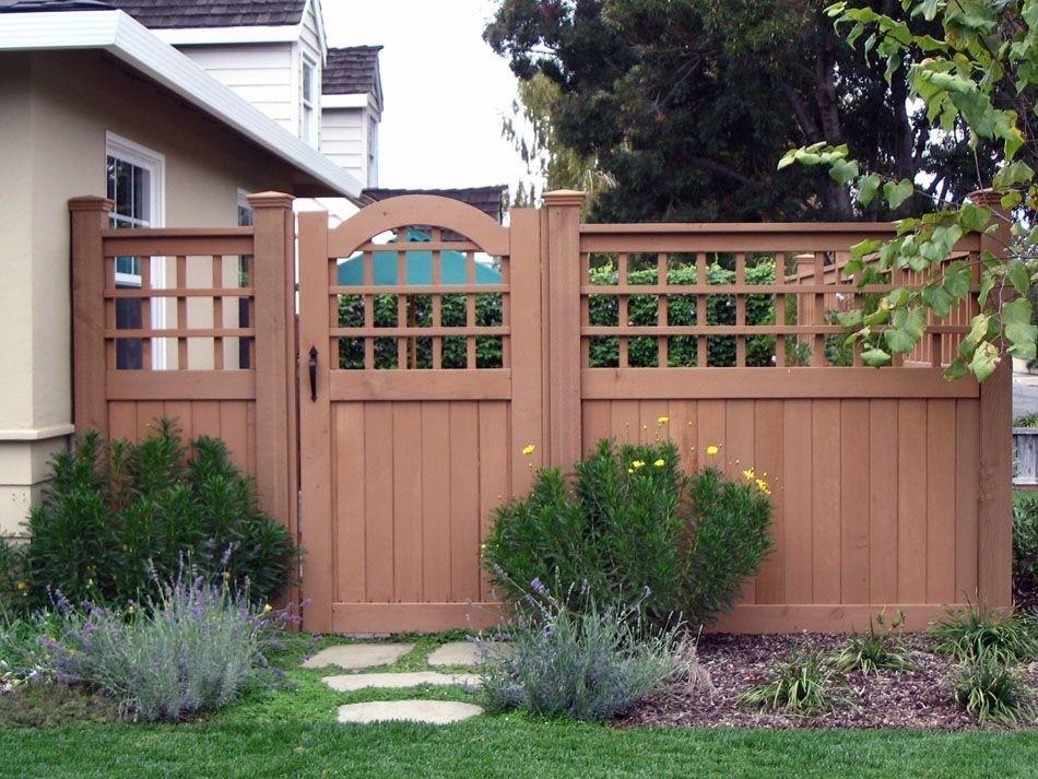 Деревянный забор с решетчатым верхом во дворе дома