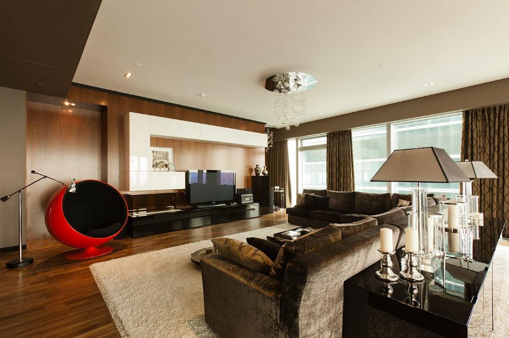 Красное кресло в просторном зале с ровным потолком