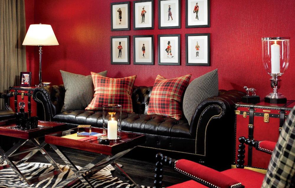 Бардовые обои в зале с кожаным диваном