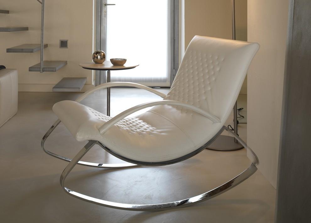 Кресло-качалка в стиле хай-тек с кожаной обивкой