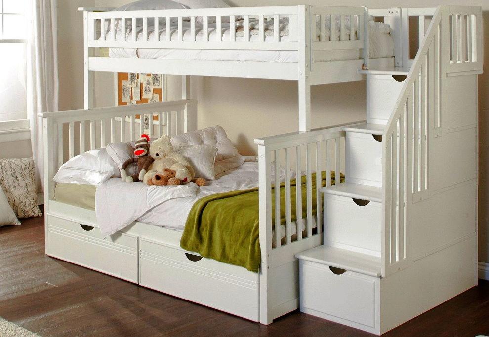 Белая кровать в два яруса для однополых детей