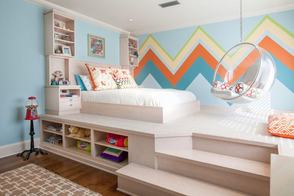Детская кровать на подиуме в комнате подростка
