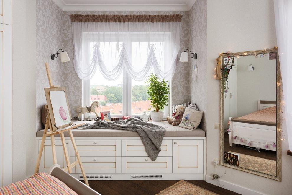 Спальное место перед окном комнаты для девочки