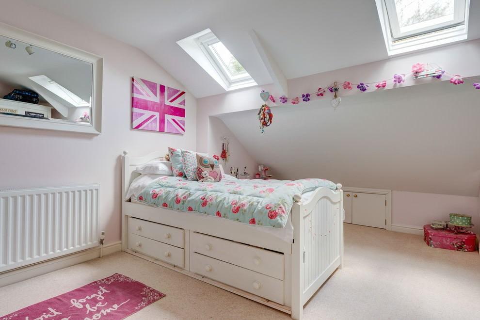 Белая кровать с ящиками для хранения детских вещей