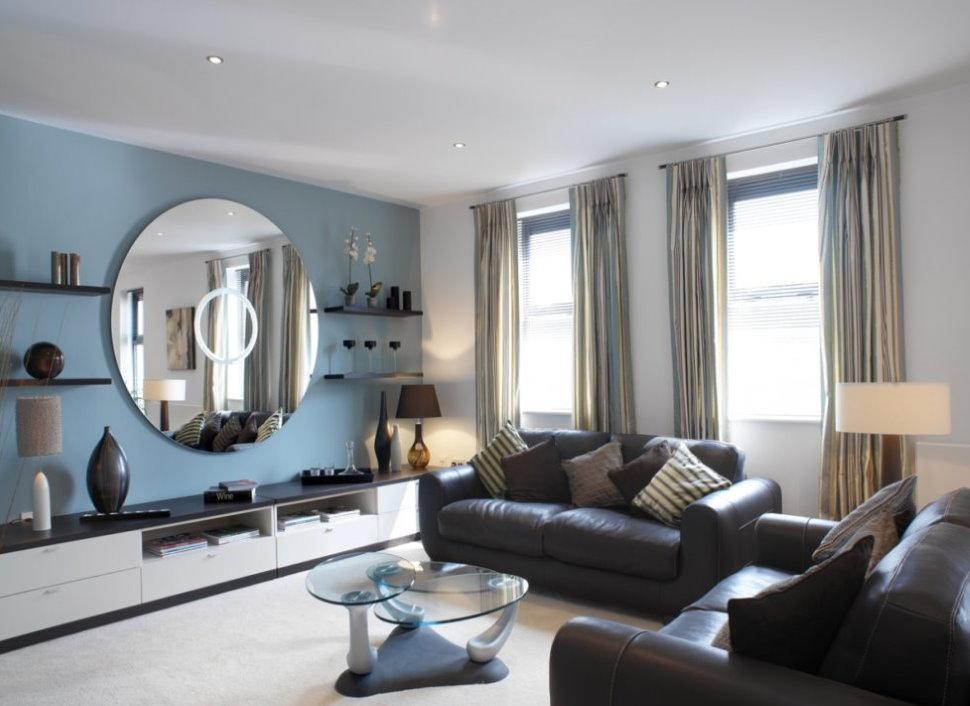Интерьер гостиной с зеркалом круглой формы