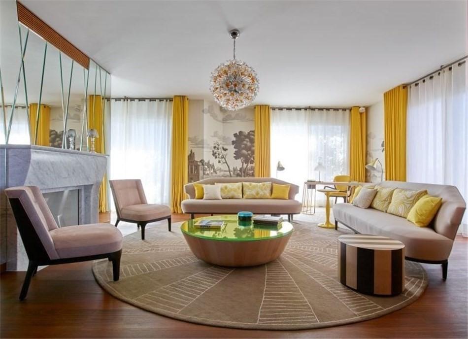 Круговая расстановка мебели в зале с желтыми шторами