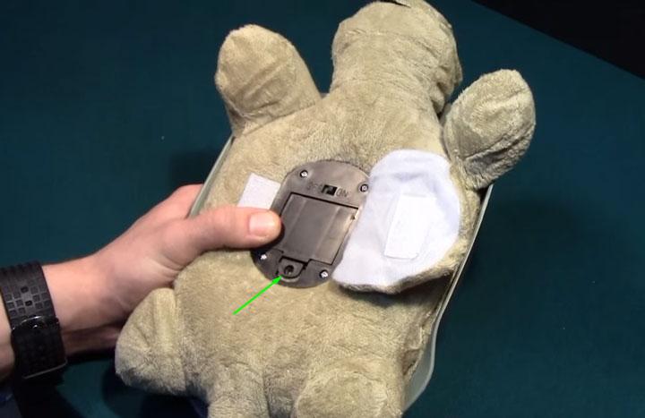 Винт на крышке отсека с батарейками в ночнике-игрушке