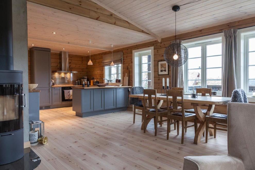 Кухня свободной планировки в доме из бруса
