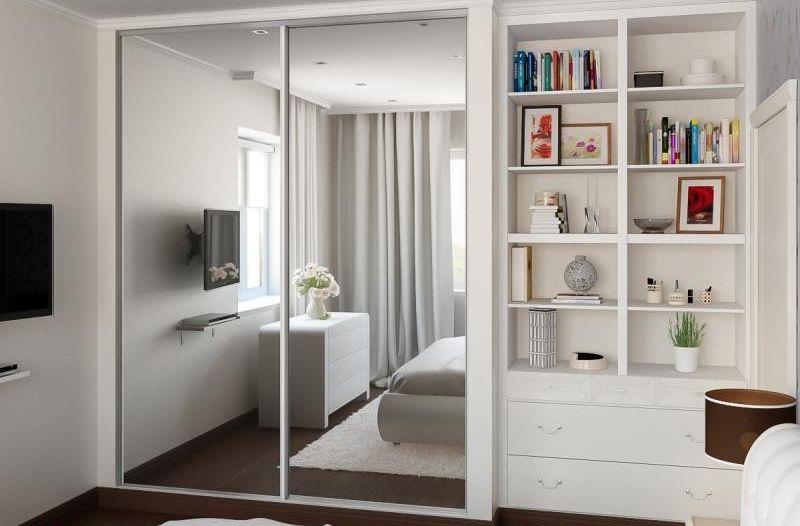 Встроенный шкаф-купе с дверцами из зеркала