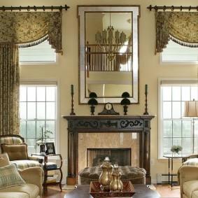 Декорирование окон в гостиной с камином
