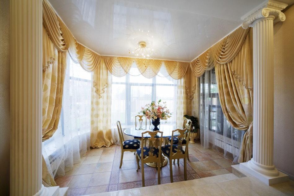 Бежевые шторы с ламбрекеном в зале классического стиля