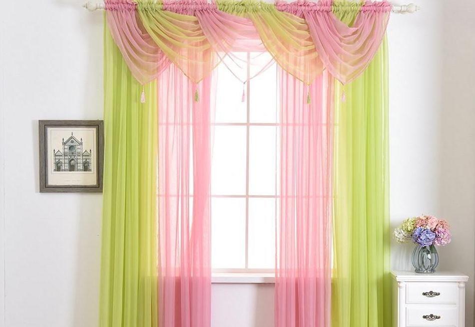 Разноцветная вуаль на окне зала с ламбрекеном