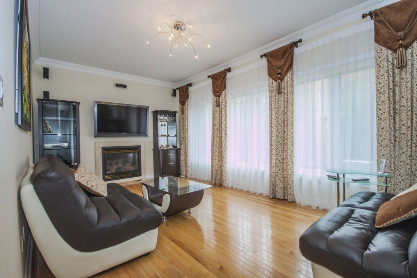 Ламбрекен из коричневой ткани на окнах гостиной