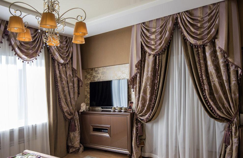 Бархатные занавески с мягким ламбрекеном на окнах зала