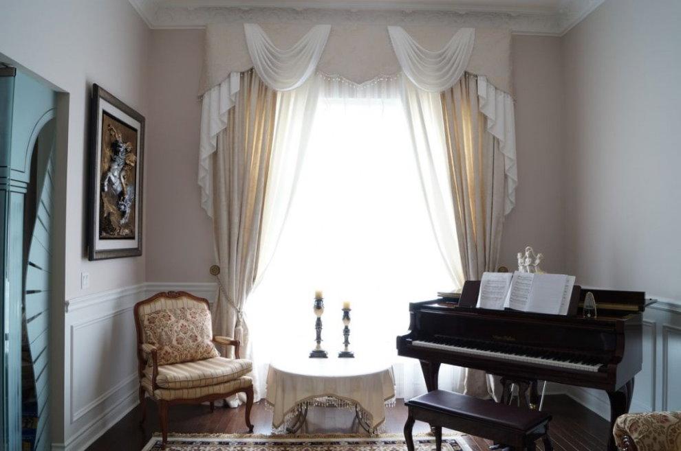 Сложный ламбрекен в комнате с роялем