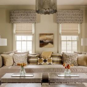 Светлые римские шторы на окнах с ламбрекенами
