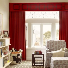 Красные шторы в гостиной частного дома