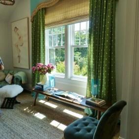 Зеленые занавески на окне в частном доме