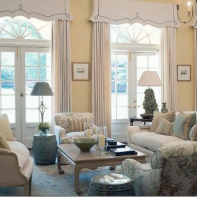 Светлая гостиная с большими окнами