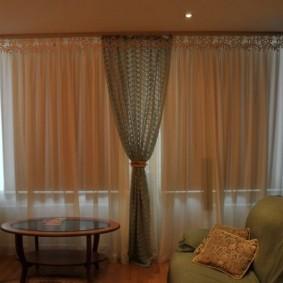 Светлые занавески в комбинации с рулонными шторами