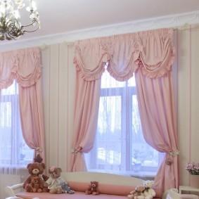 Розовые шторы из легкого материала