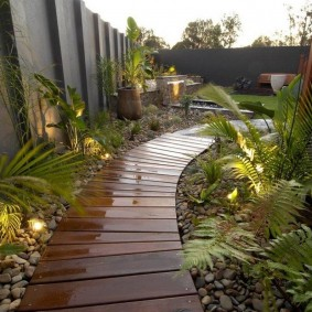 Дощатая тропинка вдоль садового ограждения