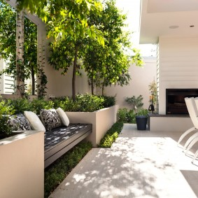 Бетонная площадка для комфортного отдыха в саду