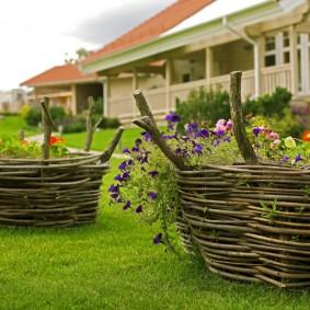 Садовые клумбы с плетенными стенками