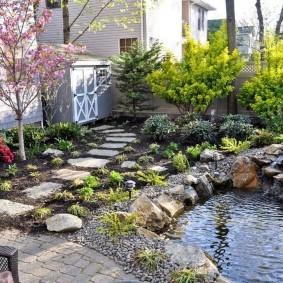 Сад камней с маленьким водоемом
