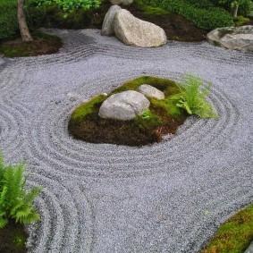 Папоротники и галька в саду японского стиля