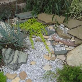 Природный камень на дачном участке