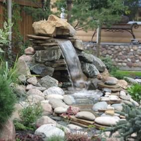 Небольшой водопад из природных камней